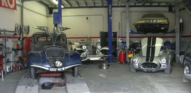 de gauche à droite une Peugeot 203 - une Excalibur - une Citroën SM - une Ac Cobra